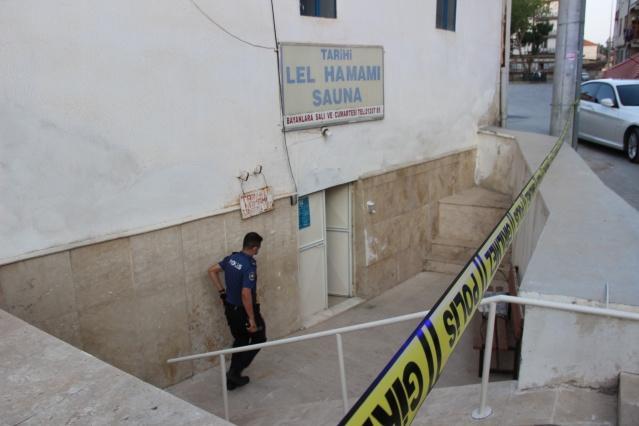 Karaman'da hamam işletmeciliği yapan bir kişi kız arkadaşıyla girdiği hamamda ölü olarak bulundu. Olayı duyarak gelen şahsın yakınları ise gözyaşlarına hakim olamadı.