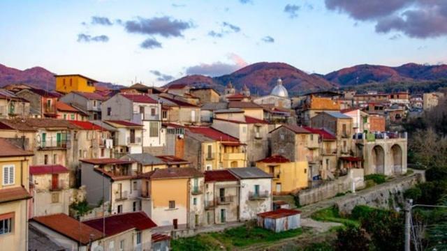 İtalya'nın Calabria bölgesinin bulunan ve hiç koronavirüs vakası görülmeyen Cinquefrondi kasabası, evlerini teminatsız olarak 1 euroya satışa çıkardı.