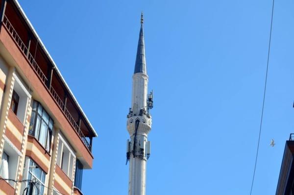 İstanbul'daki cami minaresi vatandaşları isyan ettirdi namaza gidenler korku içinde