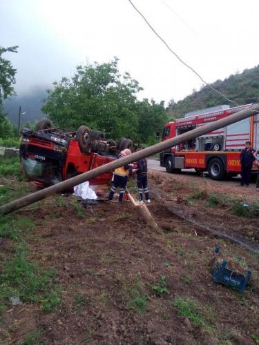 KAHRAMANMARAŞ'ın Andırın ilçesinde, sürücüsünün kontrolünden çıkan kamyonet elektrik diğerine çarparak takla attı.