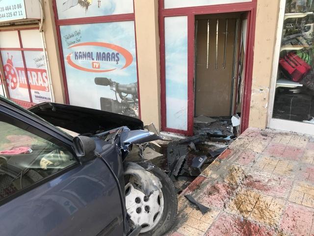 Kahramanmaraş'ta kontrolden çıkan otomobil, Kanal Maraş ofisine daldı!