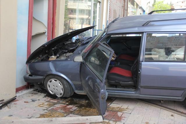 Olay yerine polis ve sağlık ekipleri sevk edildi. Kazayı yapan araç sürücüsü Ramazan P, olayın şokuyla nasıl kaza yaptığına şaşırdığını, frene bastığında tutmadığını ifade etti.