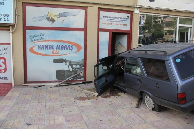 KANAL MARAŞ GÜNE OTOMOBİL DALMASIYLA UYANDI:Edinilen bilgiye göre bugün sabah saatlerinde Ramazan P. (63) idaresindeki 46 NE 009 plakalı otomobil,  gaz pedalının takılması neticesinde direksiyon hakimiyetini kaybederek Kanal Maraş Ofisinin olduğu alana daldı. Neyse ki kaza anında parkta ve ofis çevresinde kimsenin olmaması, olası bir can kaybının önüne geçti.