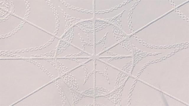 Finlandiya'da bir golf sahasında metrelerce yağan karın üzerine binlerce ayak iziyle yapılan dev geometrik desen büyük ilgi gördü.