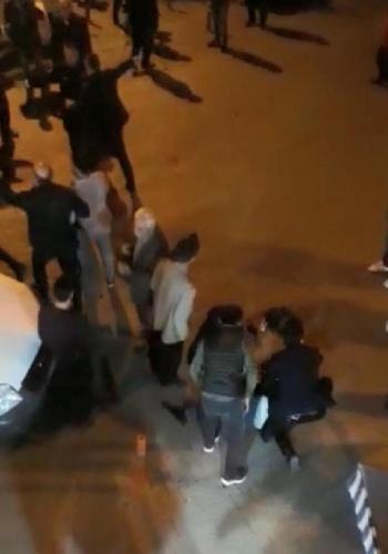 İhbar üzerine gelen jandarma ekipleri, tarafları gözaltına aldı. İlçe Jandarma Komutanlığı'nda ifadeleri alınan akrabalar serbest bırakıldı. Taraflar, İlçe Jandarma Komutanlığı yakınlarındaki Ulu Camii önünde yeniden kavgaya tutuştu.