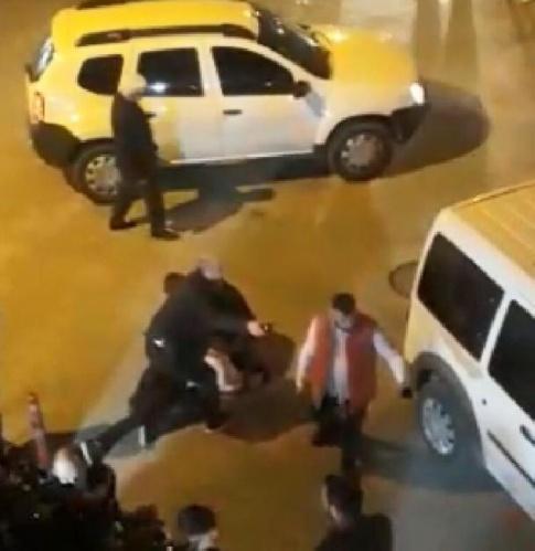 Olay, dün akşam saatlerinde Karacabey ilçesi Dağesemen Mahallesi'nde meydana geldi. İstanbul'dan Karacabey'e gelen Dağıstan Ç. ile para meselesi yüzünden husumetli olduğu akrabaları arasında kavga çıktı.