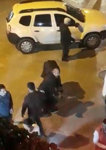 Polis ekiplerinin, Serhat Ç.'yi gözaltına alması ve Dağıstan Ç.'nin yaralı halde yerde yatması, çevre sakinleri tarafından cep telefonuyla saniye saniye görüntülendi.
