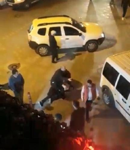 Kavga sırasında yanındaki bıçağı çeken Serhat Ç., amcasının oğlu Dağıstan Ç.'yi göğsünden bıçakladı. İhbar üzerine olay yerine, polis ve sağlık ekipleri sevk edildi.