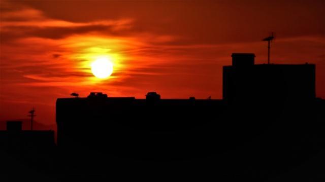 İstanbul'da gün doğumunda objektife yansıyan görüntülerde kızıla bürünen gökyüzü eşsiz manzaralar oluşturdu.