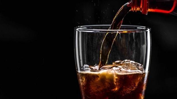Kola yüksek miktarda kafein içerir. Kafein de hem kalp çarpıntısına hem de kalp damar tıkanıklıklarına neden olur. Bunun gibi bir çok zararı olan kola bu sefer bir genci hayattan kopardı.