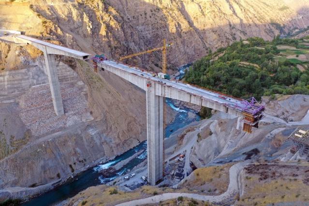 1970'lerde ilk ihalesi yapılan Türkiye'nin en yüksek köprüsü, Bitlis'in Hizan ile Siirt'in Pervari ilçeleri arasında yapılarak açılış için gün sayıyor.