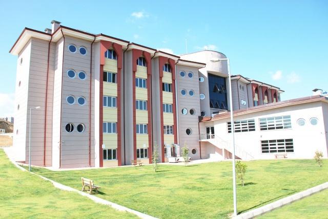 KİMLER BAŞVURABİLİR?   2019-2020 öğretim yılında ilk defa herhangi bir yükseköğretim programına kayıt yaptıran hazırlık ve birinci sınıf öğrencileri, herhangi bir yükseköğretim kurumunda eğitimine devam eden ara sınıf öğrencileri ve Kuzey Kıbrıs Türk Cumhuriyeti'nde eğitim görmekte olan öğrenciler yurt başvurusunda bulunabilecek.