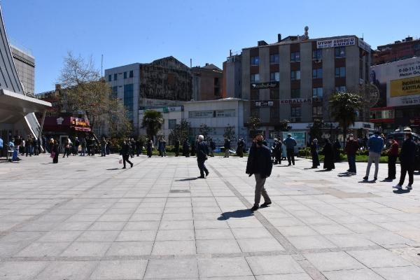 GAZİOSMANPAŞA'da, hafta sonu 31 ilde uygulanacak olan sokağa çıkma yasağının öncesinde izin belgesi almak isteyen vatandaşlar, Kültür ve Sanat Merkezi önüne akın etti.