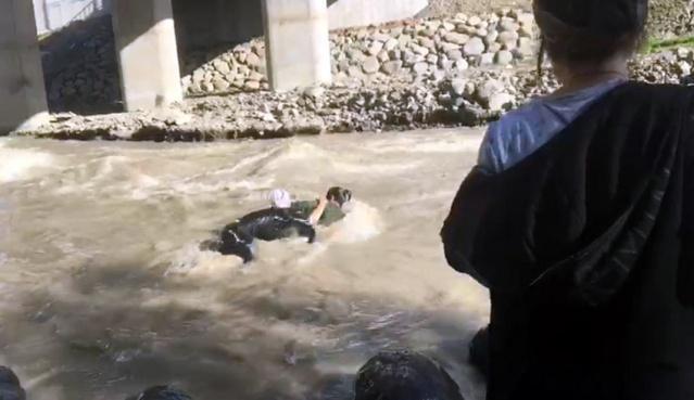 Bingöl'de dün dere kenarında şakalaşırken suya kapılıp hayatlarını kaybeden 17 yaşındaki iki lise öğrencisi köylerinde son yolculuğuna uğurlandı.