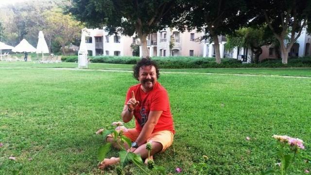 Muğla'nın Bodrum ilçesinde yaşayan ünlü ressam ve heykeltıraş Rıfat Koçak evinde silahla vurulmuş halde ölü bulundu.