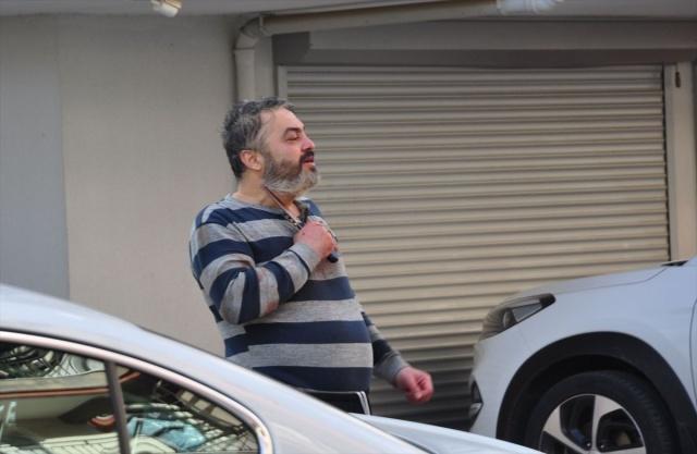 """Antalya'nın Manavgat ilçesinde bir süredir psikolojik tedavi gören Erdal K. (46), sabah saatlerinde evde tartıştığı babası İsmail K'yi (70) bıçaklayarak öldürdü, annesi Emine K'yi (66) de yaraladı. Daha sonra elindeki bıçakla evlerinin bulunduğu sokağa inen Erdal K, """"babamı öldürdüm, annemi yaraladım"""" diye bağırmaya başladı. Erdal K. sokakta boğazına ve karnına bıçak dayararak polisleri uzun süre uğraştırdı. Polis teslim olmaya ikna edemeyince bacağından vurularak etkisiz hale getirildi."""