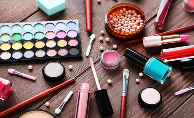 Sabah özenerek yaptığınız makyajınız akşama kadar yüzünüzde durmuyor ve kısa sürede etkisi gidiyorsa, sizin için bazı püf noktalar paylaştık. İşte makyajınızı tazelemenin püf noktaları...