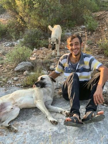 Tanık memur polisi dinlendi Duruşmada, olay günü Nurcan Altundal'ı kurtarmaya çalışan ekipte görevli polis memuru tanık olarak dinlendi. Tanık polis, sanık Ali Altundal'ın, boğazına bıçak dayadığı eşinin kafasını, yardım istemesi üzerine defalarca demir korkuluklara vurduğunu, kapıyı açmak için kendilerine yardımcı olmaya çalışan çocuklarına da kızdığını anlattı.