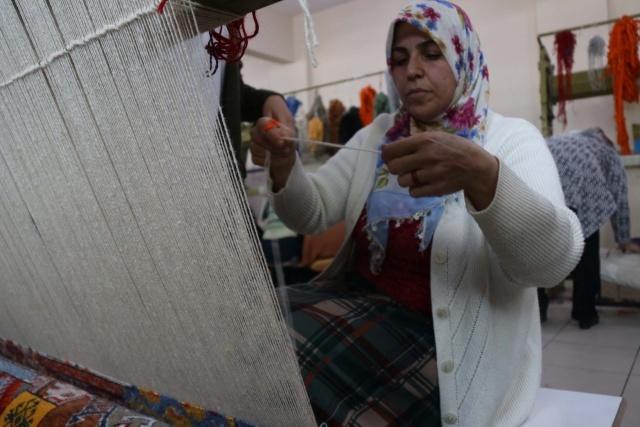 Kursa katılan kadınlar her halıya binlerce düğüm atarken, büyük bir sabırla da halıları bitirecekleri günü bekliyor.