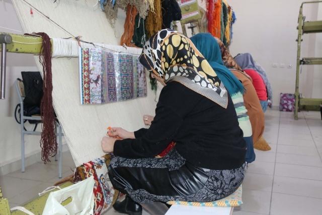 Tatvan Aile Destek Merkezi (ADEM) tarafından açılan kursta 25 kadın, 40 sürecek olan kursta Usta Öğreticisi Azize Talay öncülüğünde hem meslek öğreniyor hem de para kazanıyor. Metrekaresinde binlerce düğüm olan halılar, 4 bin liraya satılacak.