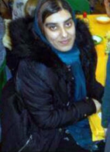 İngiltere'de yaşayan Pakistanlı bir kadın, eniştesine aşık olunca onu elde etmek için her yolu denedi. Zehirlemek, büyü yapmak da işe yaramayınca kadın bu kez ablasını 68 yerinden bıçaklayarak öldürdü.