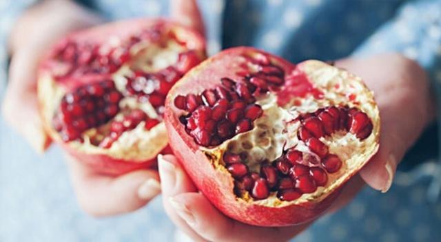 NAR: Nar, kış meyveleri içinde hem C vitamininden çok zengin hem de enerjimizi artıran bir meyve. Kış aylarında haftada 1 kaç kez tüketmekte fayda var. Ancak düzenli olarak yüksek tansiyon ilacı ve diüretik (idrar söktürücü) ilaç alanların tüketmemesi gerekiyor.
