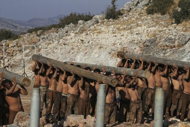 Türk Silahlı Kuvvetlerinin (TSK) Fırat Kalkanı ve Zeytin Dalı harekatlarında yer alan Özgür Suriye Ordusu (ÖSO) bileşenlerinden Hamza Tümeni ile Süleyman Şah gruplarının, terör örgütünden arındırılan askeri eğitim alanlarındaki tatbikatı ve hazırlıkları görüntülendi. Özgür Suriye Ordusu (ÖSO) bileşenlerinden Hamza Tümeni grupunun askeri tatbikatı böyle görüntülendi.