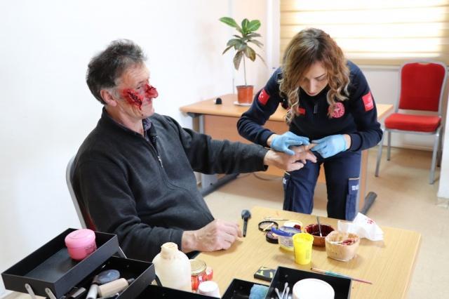 Samsun'da 112 Acil Sağlık Hizmetleri Biriminde acil tıp teknisyeni (ATT) olarak çalışan Yasemin Kurt'un yaptığı profesyonel yara makyajları gerçeğinden ayırt edilemiyor. Yasemin Kurt'un yaptığı yara makyajları 112'nin tatbikatları ve eğitimlerinin önemli bir parçası oluyor.