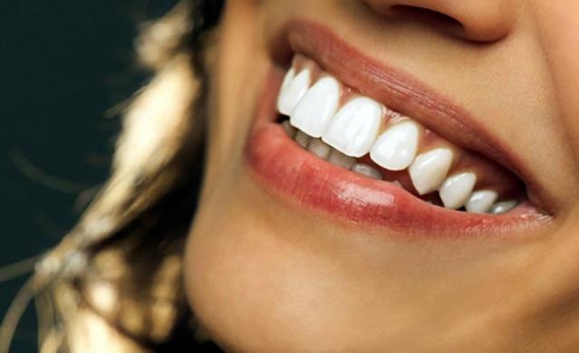 Eğer dişlerinizin arasına yiyecek sıkıştıysa ve fırçalama imkanınız yoksa şekersiz sakız çiğneyerek sıkışan gıdaların o bölgeden uzaklaşması sağlayabilirsiniz!