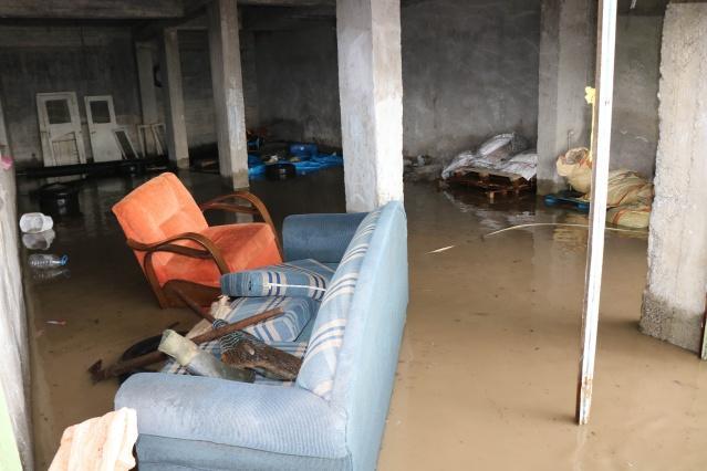 Selin bir anda bastırdığını belirten vatandaşlar, ilçeye giriş çıkışların kapandığını, yüksek kesimlerde heyelan olduğunu, ilçe merkezinin ise sular altında kaldığını söylediler.
