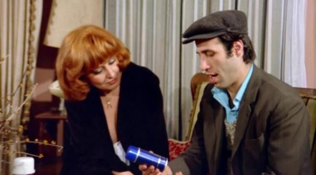 70'li yılların beğenilen yüzleri arasında yer alan Sevda Ferdağ, efsane sanatçı Kemal Sunal'ın başrolünde yer aldığı 'Kapıcılar Kralı' filminde rol almıştı.