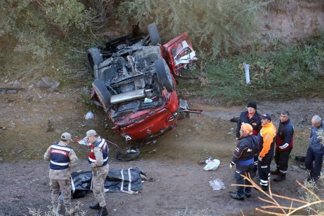 Sivas'ta meydana gelen trafik kazasında, Şanlıurfa'da katıldıkları düğünden dönen aynı araçta bulunan iki aileden biri bebek 2 kişi öldü, 3'ü çocuk 6 kişi ağır yaralandı.