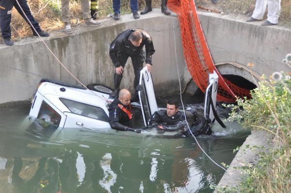 Sulama kanalına uçan otomobildeki 2 kişi boğularak yaşamını yitirdi.