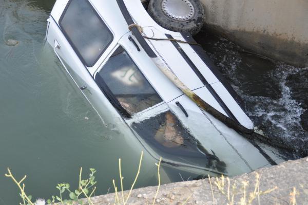 Olay yerine gelen polis ve itfaiye ekiplerinin su içinde yan şekilde bulunan 20 R 0667 plakalı otomobilde yaptıkları incelemede 2 kişinin cesedi bulundu.