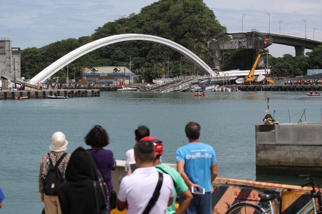 Tayvan'ın Yilan bölgesinde 140 metre uzunluğundaki Nanfangao köprüsünün bir kısmının çökmesi sonucu en az 10 kişinin yaralandı.