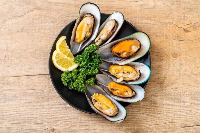 TÜKETİRKEN AŞIRIYA KAÇMAYIN Pirinçle hazırlanan 30 gram ağırlığındaki bir midye dolma, yaklaşık 26 kalori içeriyor. Tüketimde aşırıya kaçılması kolesterol, kan şekerinde dengesizlik ve kilo artışına neden olabilirken, midyenin sürekli ve aşırı tüketimi ayrıca ağır metal içeriği sebebiyle zehirlenmelere, alerjik reaksiyonlara, böbrek, karaciğer yetmezliklerine yol açabiliyor. Aynı zamanda yüksek sodyum ve kolesterol içeriğinden dolayı böbrek ve kalp hastaları çok dikkat etmeli.