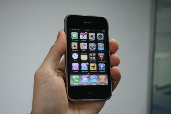 iPhone 3G   Apple'ın yıllar önce satışa sunduğu ve tasarımı oldukça beğenilen telefonu. Halihazırda artık pek çok uygulamayı çalıştırmıyor; Apple çoktan fişini çekti bile!