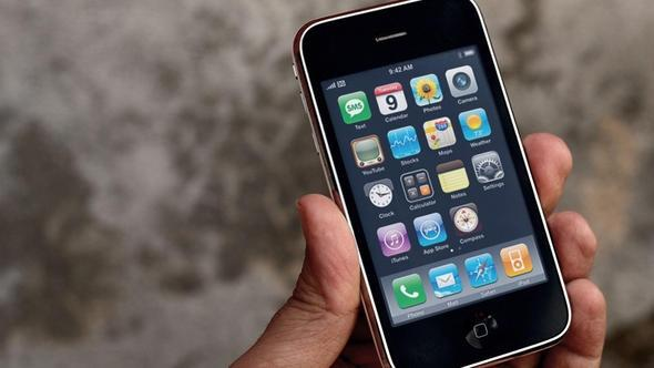 iPhone 3GS   iPhone 3G'nin bir üst sürümü; yıllar önce Apple ölüme terk ettiğinden Whatsapp'ı bile bu telefonda kullanamıyorsunuz.