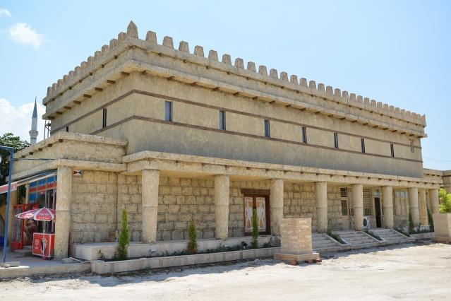Köy meydanına Atatürk ve Fatih Sultan Mehmet heykelleri yerleştirildi. Köy kahvesinin bahçesinde bulunan bina, Troya evi konseptinde yenilendi. Troya Meydanı ve cami arasında kalan boş alana peyzaj uygulandı ve minyatür bir şelale oluşturuldu.