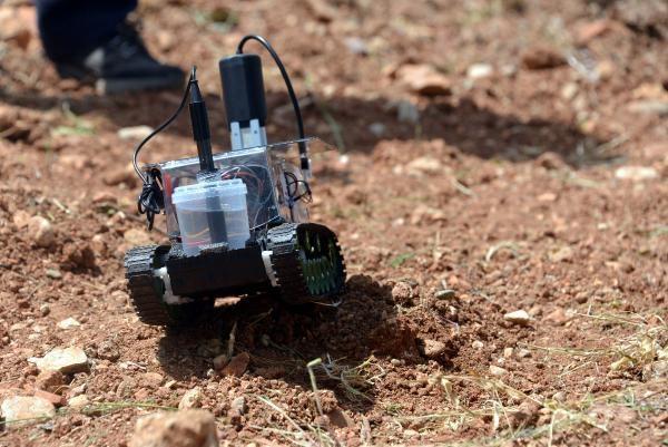 KAHRAMANMARAŞ Sütçü İmam Üniversitesi (KSÜ) Elektrik-Elektronik Mühendisliği Bölümü son sınıf öğrencileri Fatih Doğan ve Azat Ardın toprak analizi yapan robot geliştirdiler.
