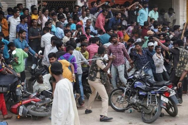 Bir veterinerin toplu tecavüze uğrayıp yakılmasının ardından ülke ayağa kalktı. Sokaklara dökülen insanlar sorumlulardan hesap sorulmasını istedi.  Hindistan'da 27 yaşında bir veterinerin toplu tecavüze uğradıktan sonra yakılarak öldürülmesi üzerine binlerce protestocu polis karakolu önüne gelerek katillerden hesap sorulmasını talep etti.