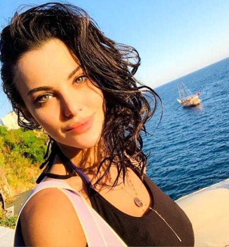 Güzel oyuncu Tuvana Türkay, sosyal medya hesabından yaptığı cesur paylaşımıyla adından söz ettirdi.