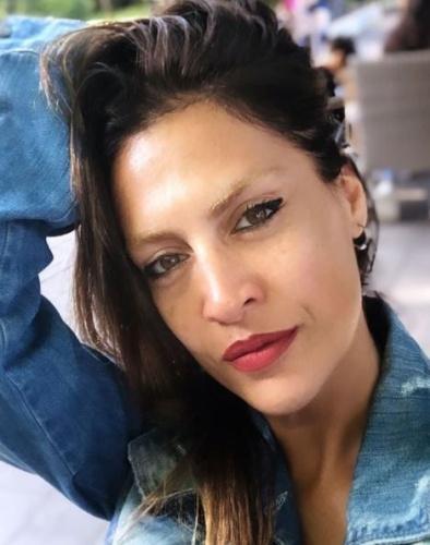 """Yaptığı cesur paylaşımlarla sık sık gündeme gelen Tuğba Ekinci, """"Adriana Lima'da kimmiş?"""" diyerek bikinili haliyle video çekip Instagram hesabından kalçasını gösterdi."""