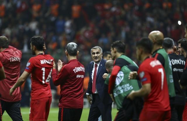 Ay Yıldızlı Milli Takım, TT Stadı'nda ağırladığı İzlanda'yla 0-0 berabere kalarak 5'nci kez Avrupa Futbol Şampiyonası'na katılmaya hak kazandı. Şampiyonaya katılmayı garantileyen futbolcular maç sonunda büyük sevinç yaşadı.