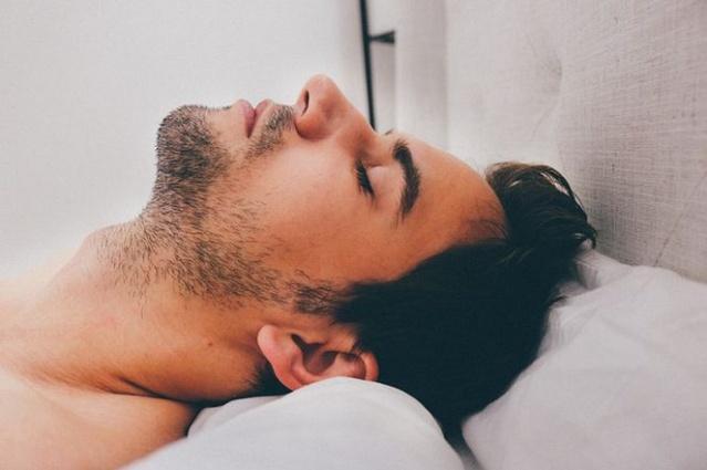 Televizyon karşısında uyumak obezite riskini artırıyor Fizyoterapi ve Rehabilitasyon Bölüm Başkanı Prof. Dr. Defne Kaya, yapılan araştırmaların uyku ile obezite arasındaki ilişkiyi ortaya koyduğunu söyledi. Koltukta uyuyakalanlarsa risk altında...