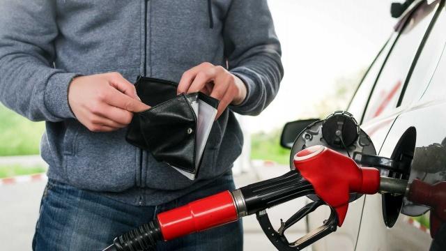 Araç sahiplerinin en büyük endişelerden biri yakıt masrafı. Özellikle yaz aylarında araçla seyahat etmek çoğu zaman ciddi bir mali yükü de beraberinde getiriyor. Ancak araç sahiplerinin minik bazı önlemler alarak yakıt tasarrufunu sağlamları mümkün oluyor.