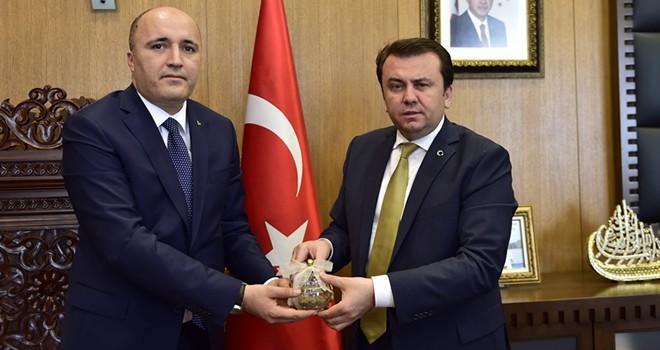 MHP Dulkadiroğlu İlçe Başkanlığı'nda Başkan Erkoç'a anlamlı hediye