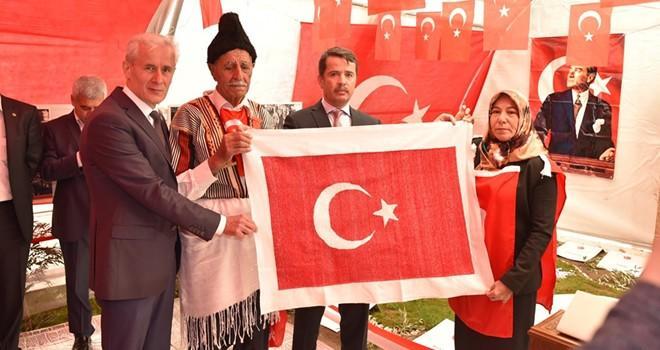 Türkoğlulu kadınlar Afrin'deki Mehmetçik için 253 bin ilmekli Türk bayrağı ördü