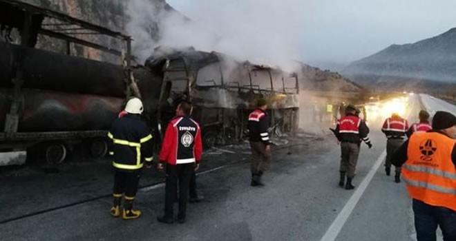 Çorum'da katliam gibi kaza! TIR'a çarpan otobüs yandı: Ölü ve yaralılar var
