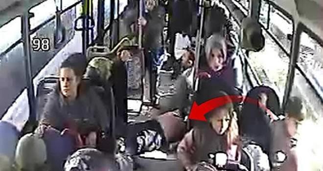 Halk otobüsünde korku dolu dakikalar: Bir anda yere yığıldı